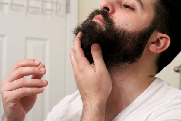 Appliquer huile à barbe