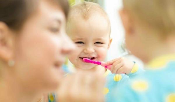 Comment brosser les dents d'un bébé 12 mois
