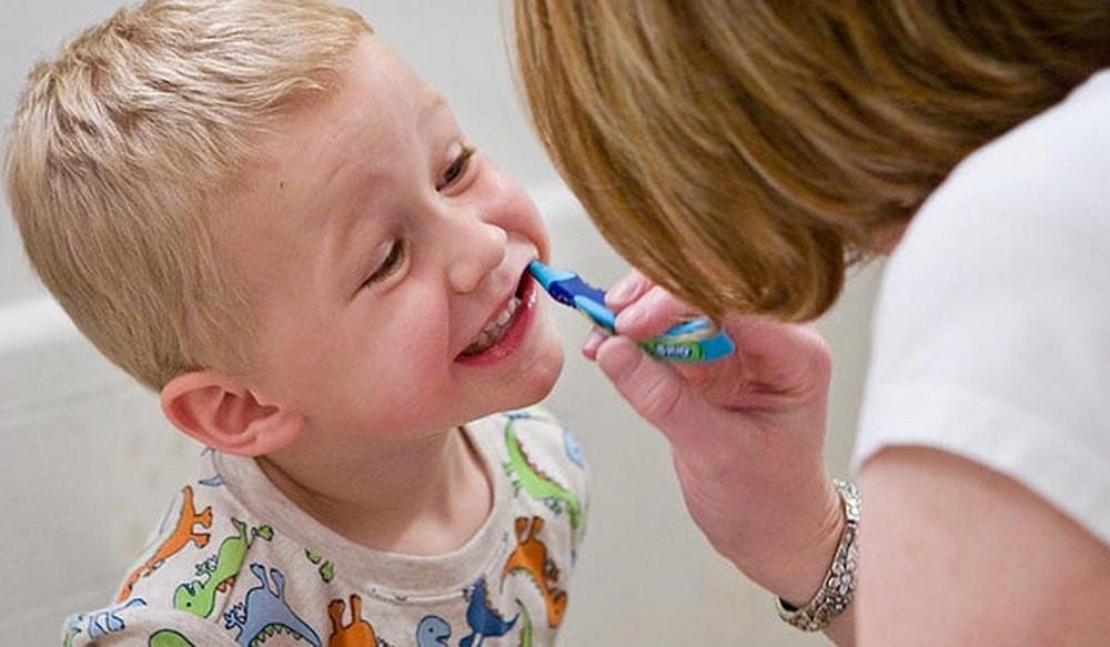 Comment brosser les dents d'un bébé 3 ans