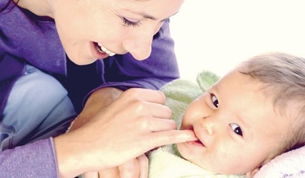 Comment brosser les dents d'un bébé 6 mois