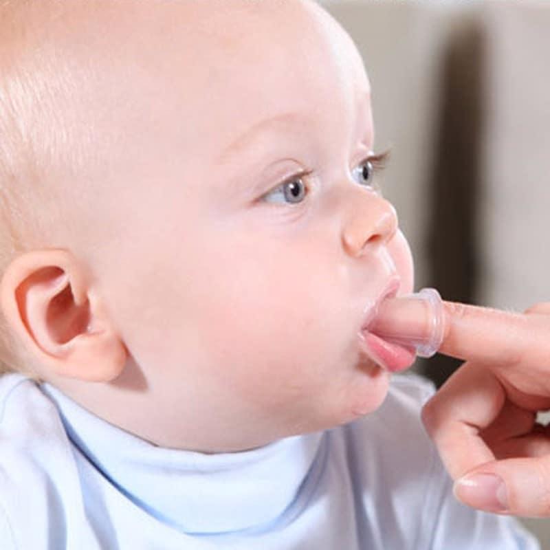 Comment brosser les dents d'un bébé brosse à dents de doigt