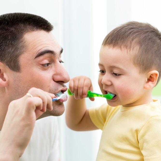 Comment brosser les dents d'un bébé gestes