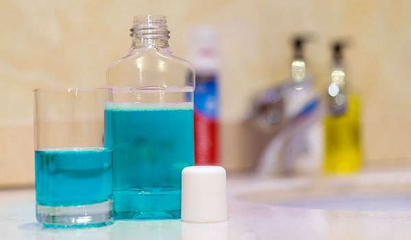 Comment nettoyer sa brosse à dents au bain de bouche