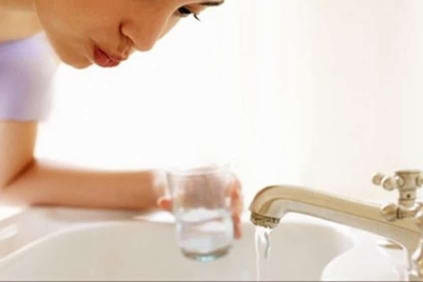 Laver et blanchir les dents au bicarbonate de soude rincer