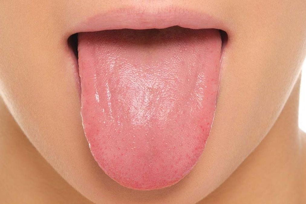 Nettoyer sa langue tirer la langue