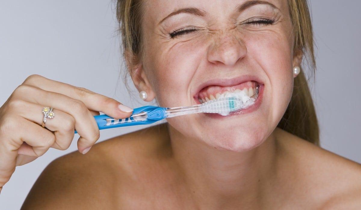 Rincer la bouche en recrachant le dentifrice