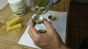 etape 3 - verser cire liquide dans les recipients - cire a moustache maison