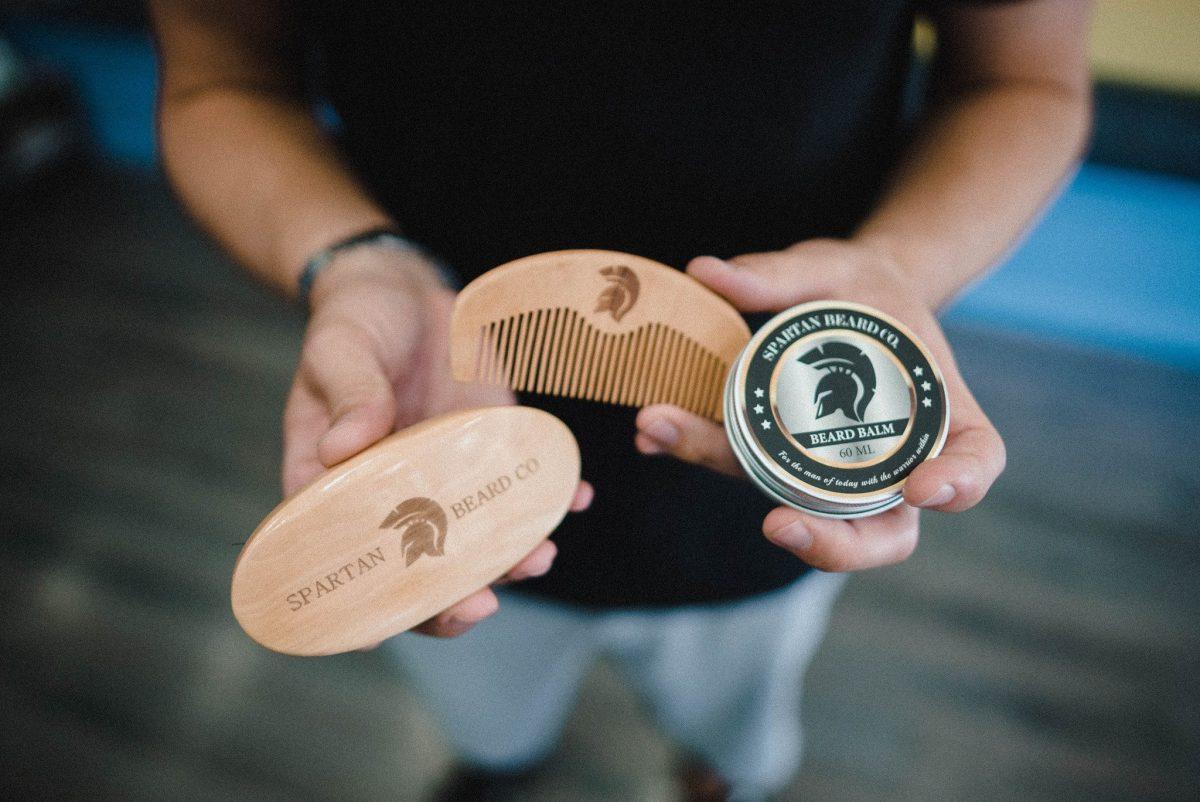 Vue de dessus de la brosse à barbe Spartan Beard Co