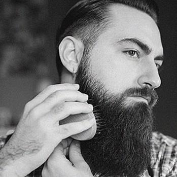Brossage avec une brosse à barbe