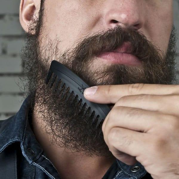 Différence peigne à barbe et brosse à barbe
