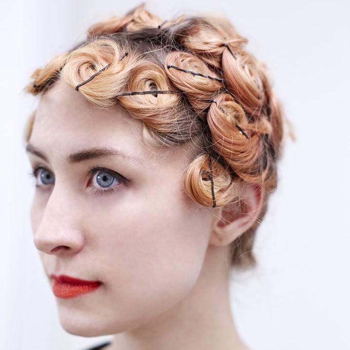 Cheveux bouclés naturellement epingles pin curls