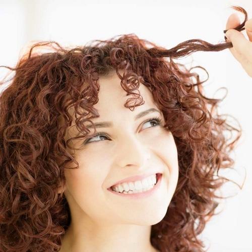 Cheveux bouclés naturellement