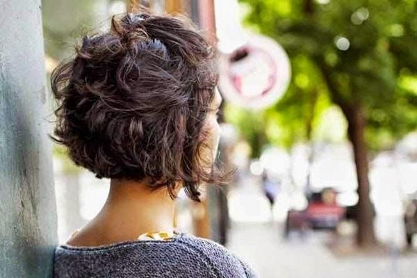 10 coiffures pour cheveux courts essayer absolument. Black Bedroom Furniture Sets. Home Design Ideas