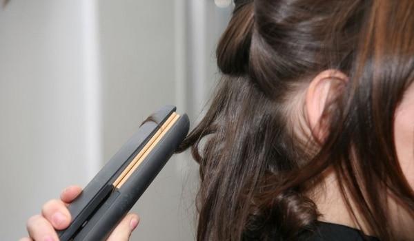Lisser les cheveux avec les bons gestes