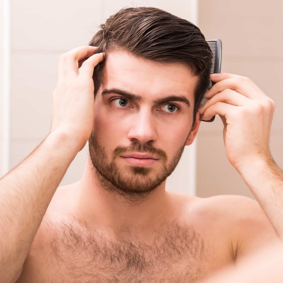 Coiffure pour hommes Г la mode cheveux peignГ©s en arriГЁre