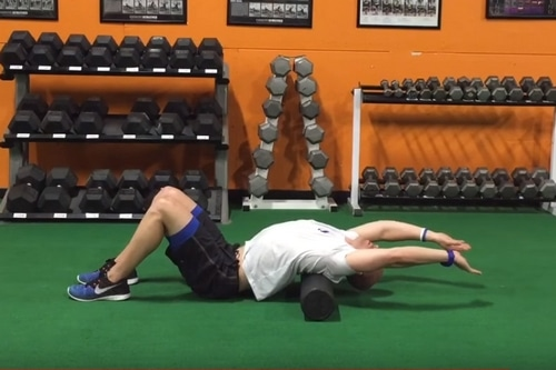 Exercice rouleau massage mobilité colonne vertébrale