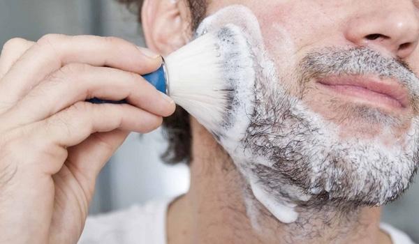 Utiliser savon à barbe mousse peau