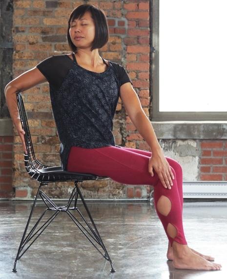 Exercice décompression vertèbres étirements chaise