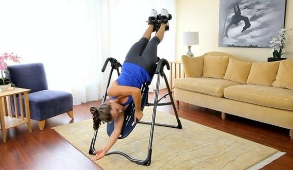 Exercice décompression vertébrale étirement table d'inversion