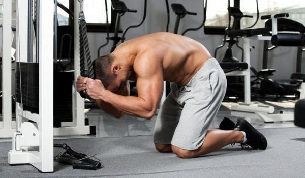 Exercices abdos crunch corde poulie