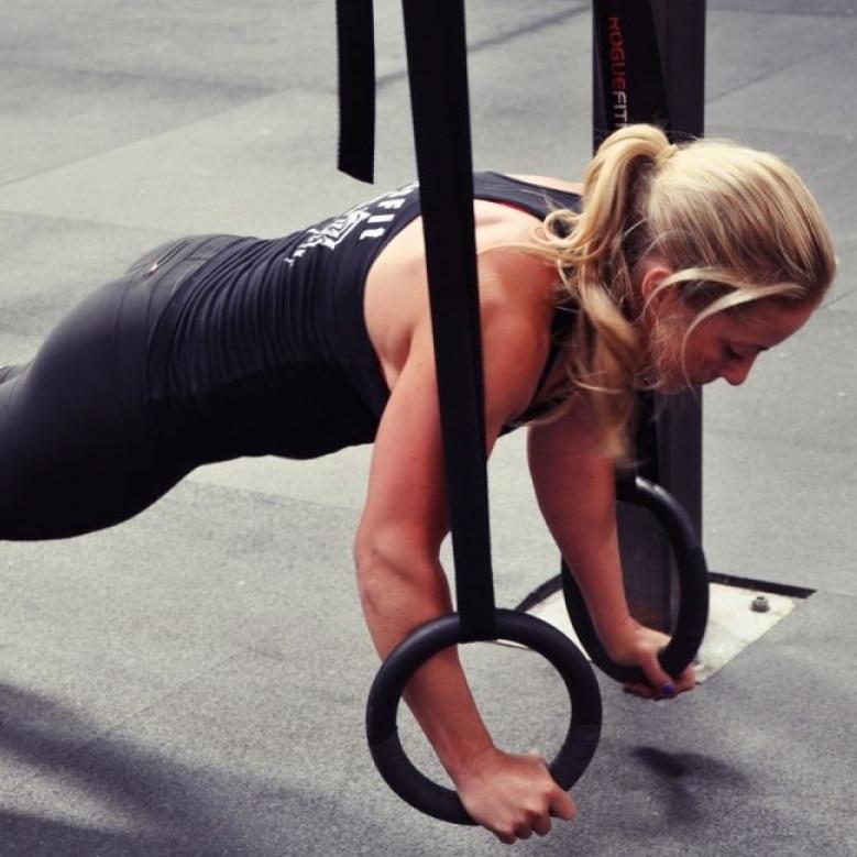 Exercices anneaux gym CrossFit pompes