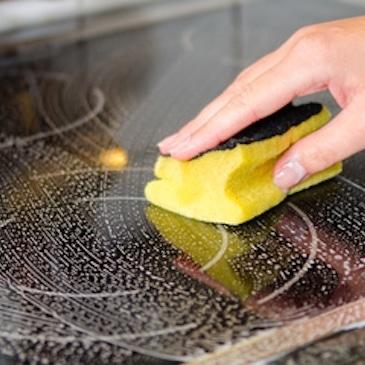 Nettoyer plaques induction tâches incrustées
