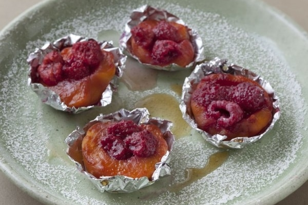 Recette barbecue dessert pêche en papillotes et glace vanille