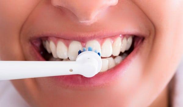 Choisir brossette Oral B nettoyage dents gencives sensibles