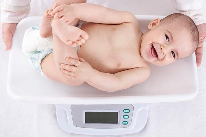 Quand peser bébé