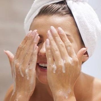 Utiliser tire comédon laver visage
