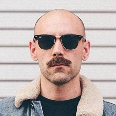 Chauve moustache