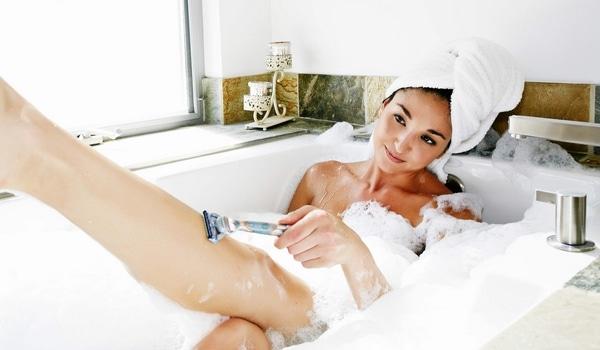Comment raser jambes douche bain